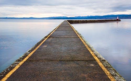 Бесплатное стоковое фото с берег, вода, волнорез, голубой