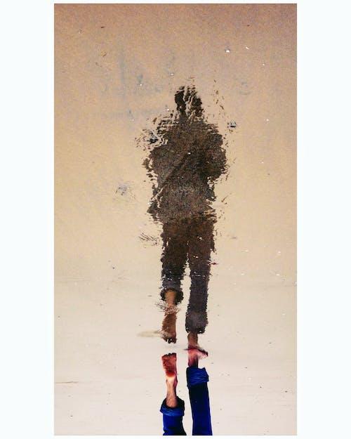 Gratis arkivbilde med gå, refleksjon, strand