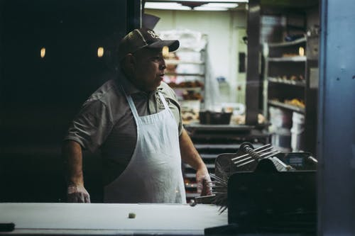 Foto d'estoc gratuïta de adult, davantal, desgast, donut shop