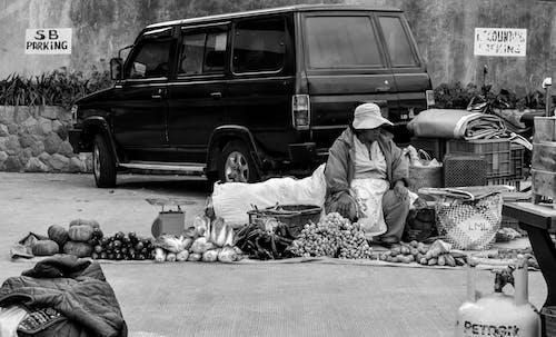 Fotografía En Escala De Grises De La Persona Que Vende En Las Calles