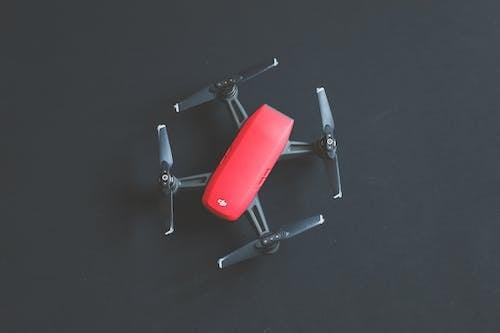 Darmowe zdjęcie z galerii z aparat, czarne tło, czerwony, dji