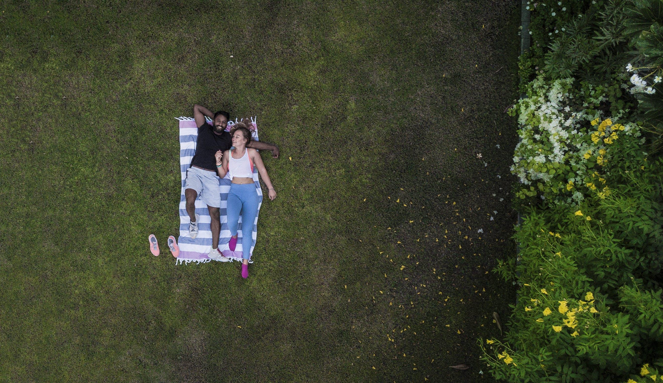 Бесплатное стоковое фото с близость, газон, досуг, женщина