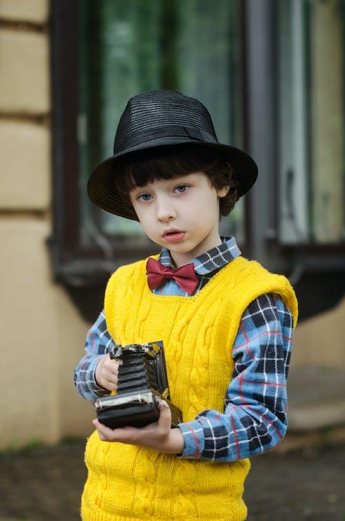 Foto d'estoc gratuïta de armilla, barret, bufó, càmera analògica