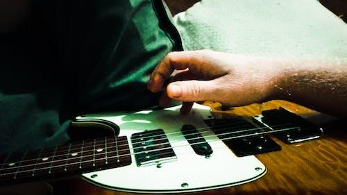 Gratis lagerfoto af guitar, lære, musik, øvelse