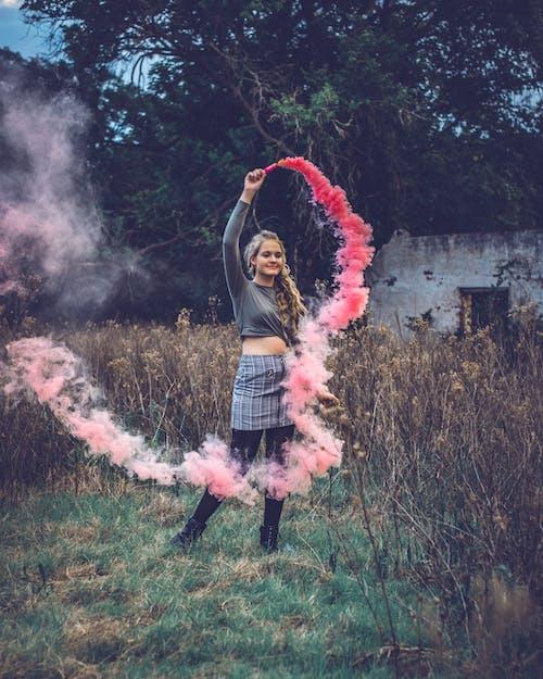 Photos gratuites de amusement, arbre, bombe fumigène, femme