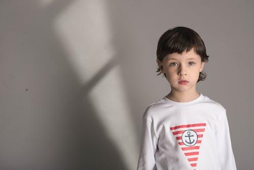 Foto profissional grátis de bonitinho, criança, desgaste, garoto