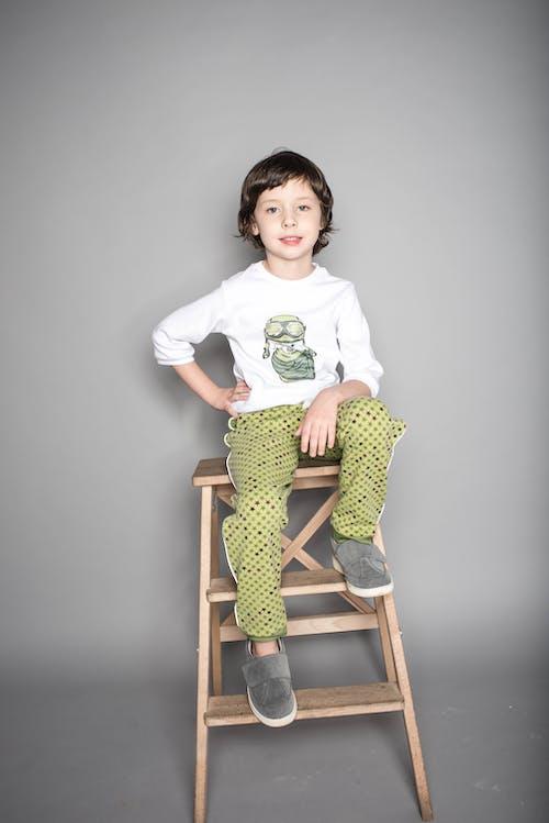 Imagine de stoc gratuită din copil, expresie facială, fir de păr, fundal gri