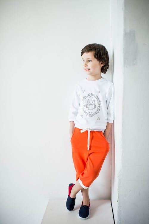 Gratis arkivbilde med barn, bruke, bukser, innendørs