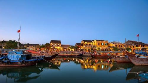 Gratis stockfoto met architectuur, blauwe lucht, boten, gebouwen