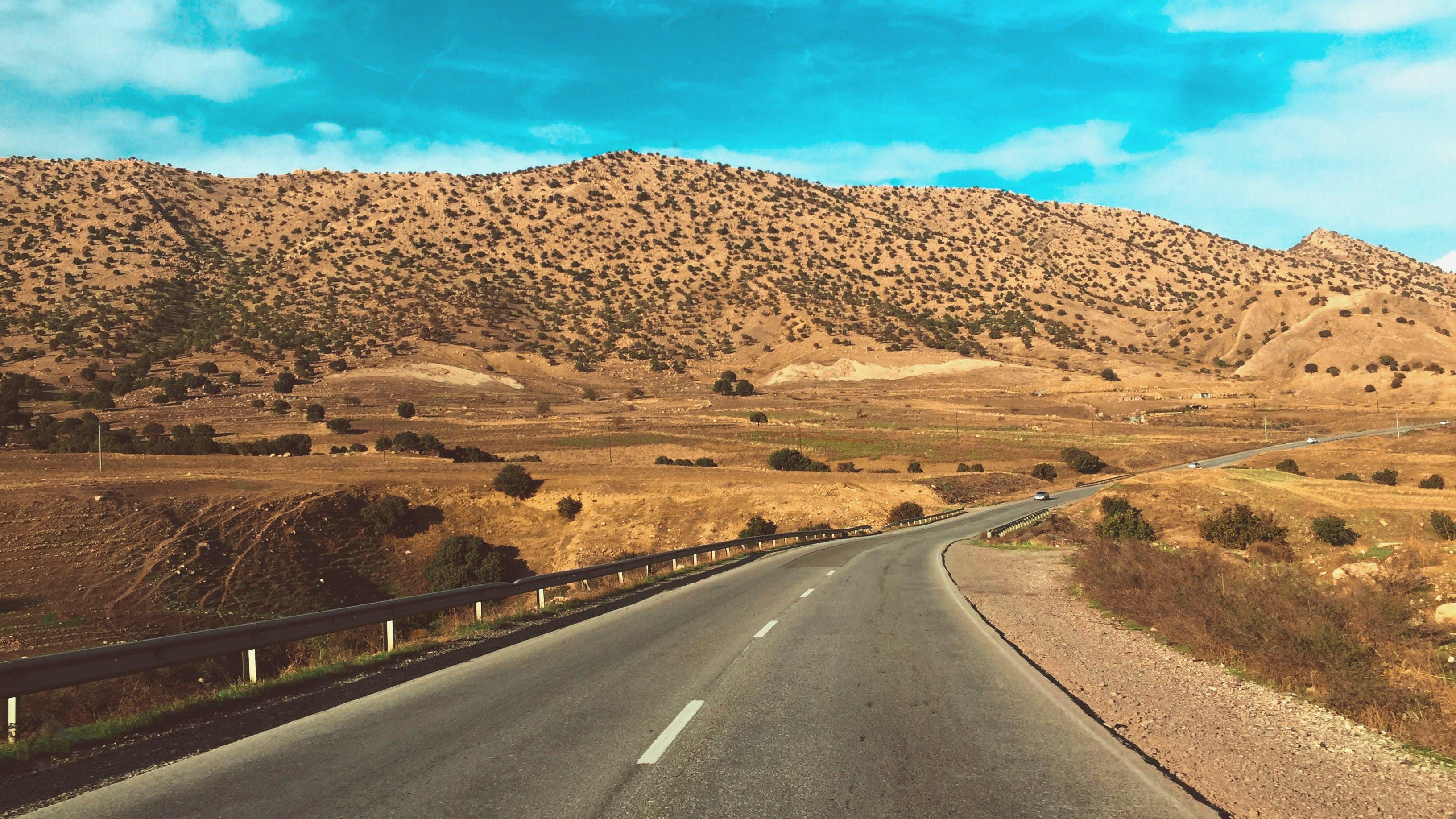 Gratis arkivbilde med asfalt, dagslys, fjell, hovedvei
