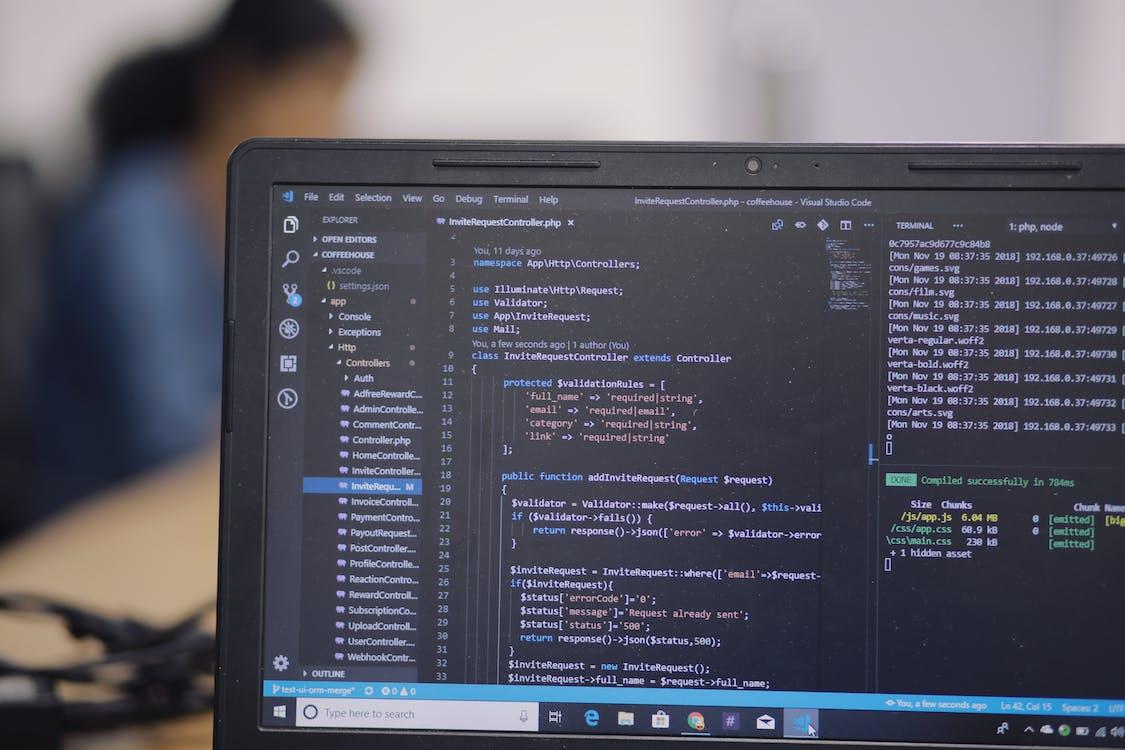 Gratis arkivbilde med bærbar datamaskin, hackathon, hacker