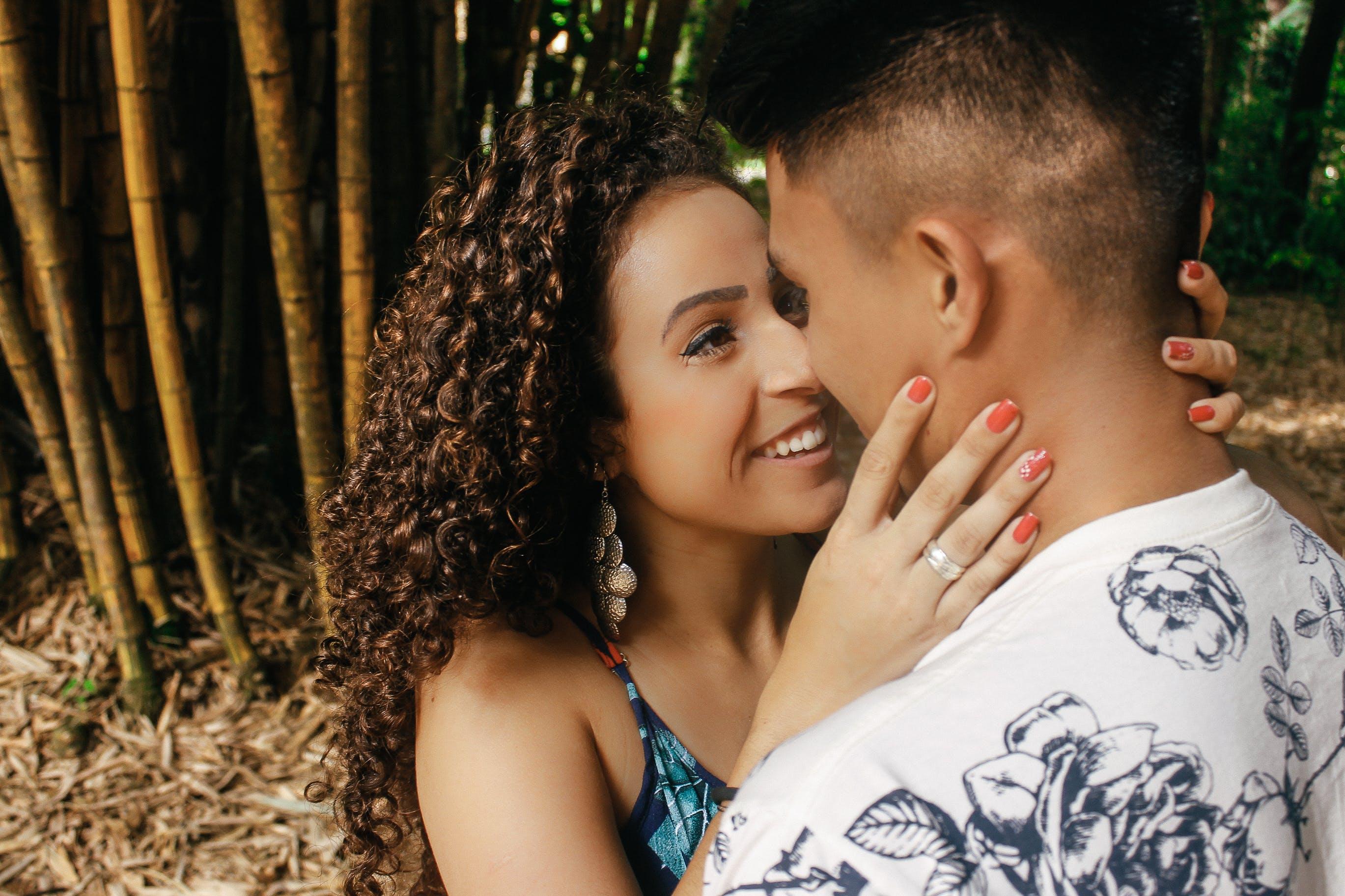 Základová fotografie zdarma na téma dvojice, krásný, kudrnaté vlasy, láska