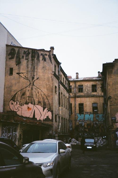 arabalar, barbarlık, binalar, duvar yazısı içeren Ücretsiz stok fotoğraf