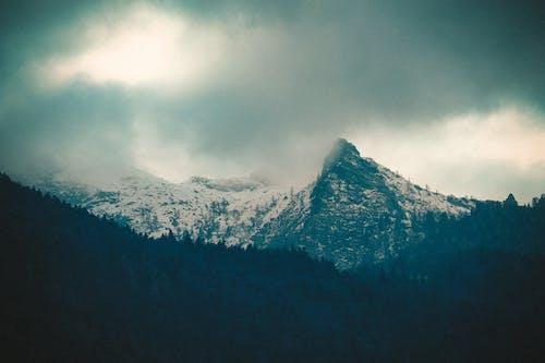 Darmowe zdjęcie z galerii z burza, chmury, ciemne chmury, góra