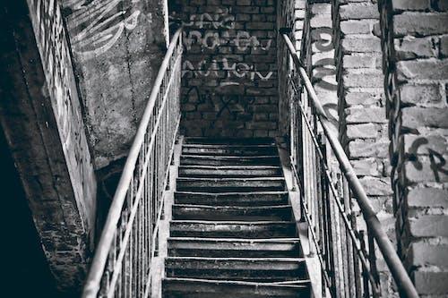 Ilmainen kuvapankkikuva tunnisteilla graffiti, mustavalkoinen, muuri, portaat