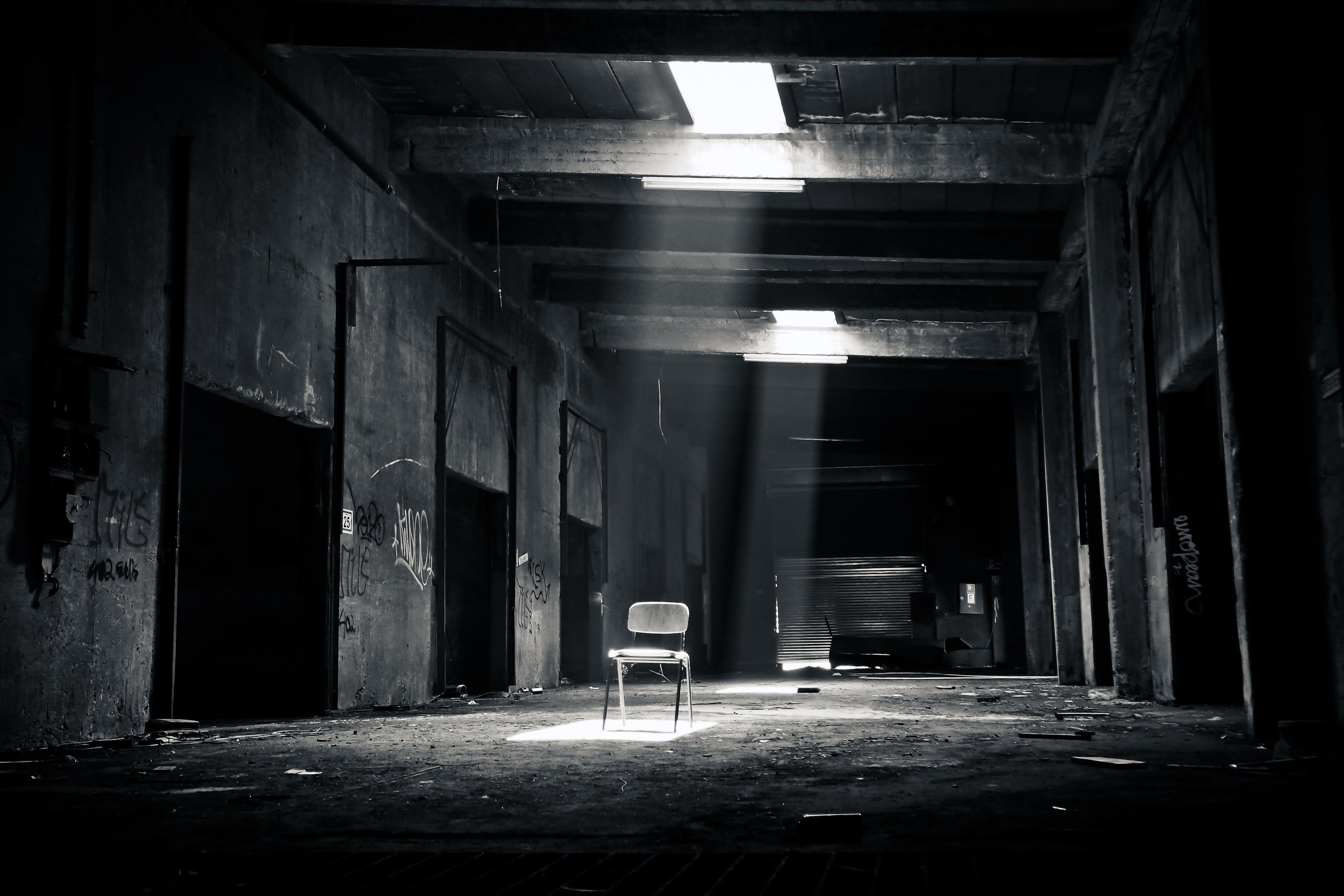 Kostenloses Stock Foto zu schwarz und weiß, dunkel, gebäude, stuhl