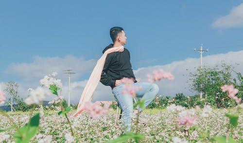 Immagine gratuita di casual, fiori, giovane, luce del giorno