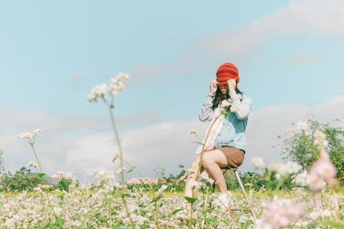 Immagine gratuita di campo, cofano, donna, fiori