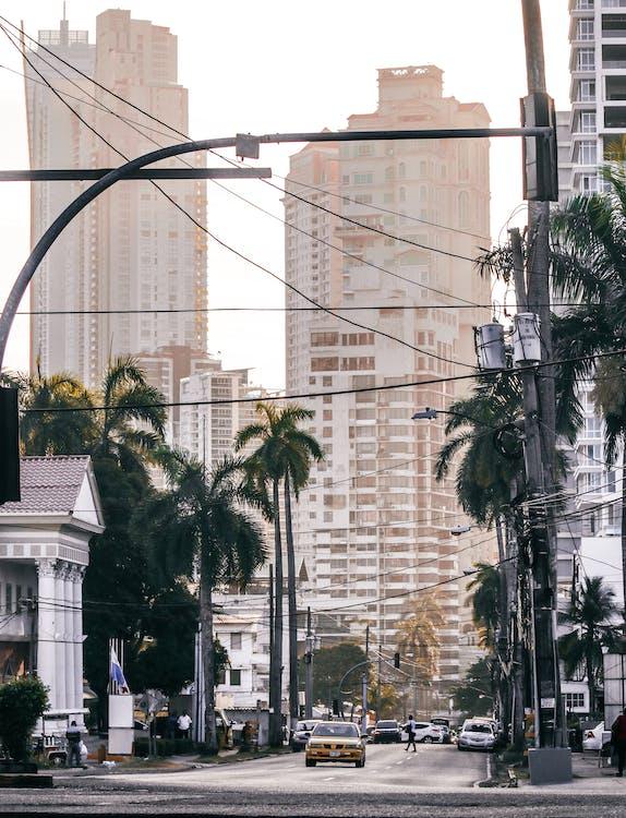ablakok, autók, belváros