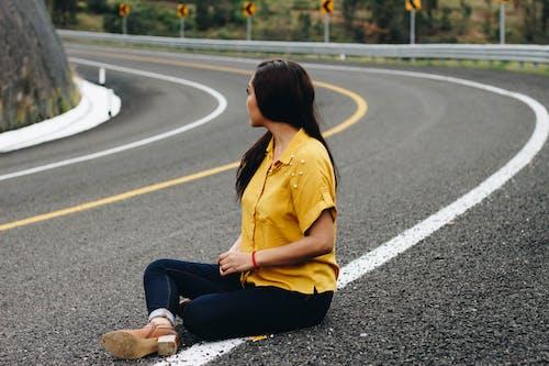 Foto stok gratis cewek, jalan, jalan aspal, keindahan