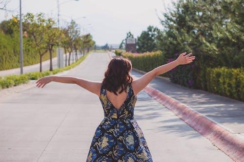 Foto stok gratis cewek, gadis cantik, kebebasan, kota