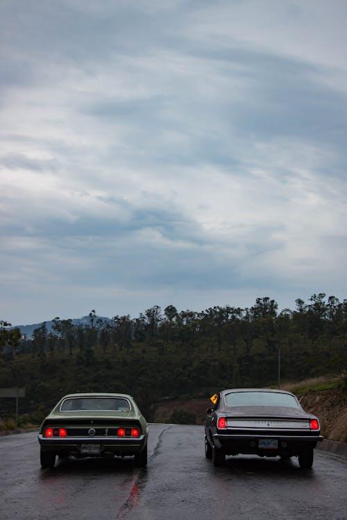 Foto stok gratis drag race, jalan aspal, lampu mobil, langit berawan