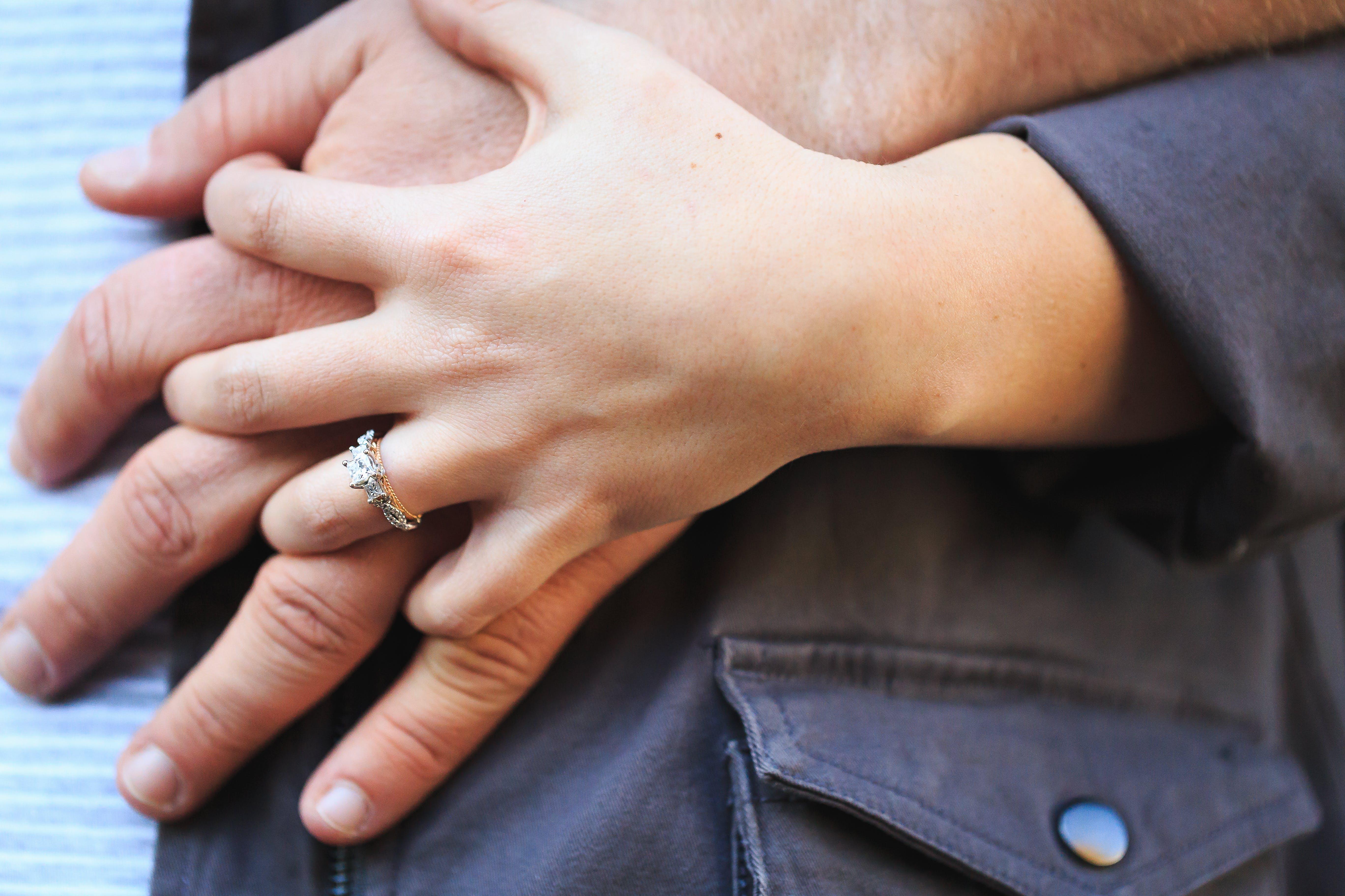 Kostnadsfri bild av fingrar, förlovningsring, hålla händer, händer