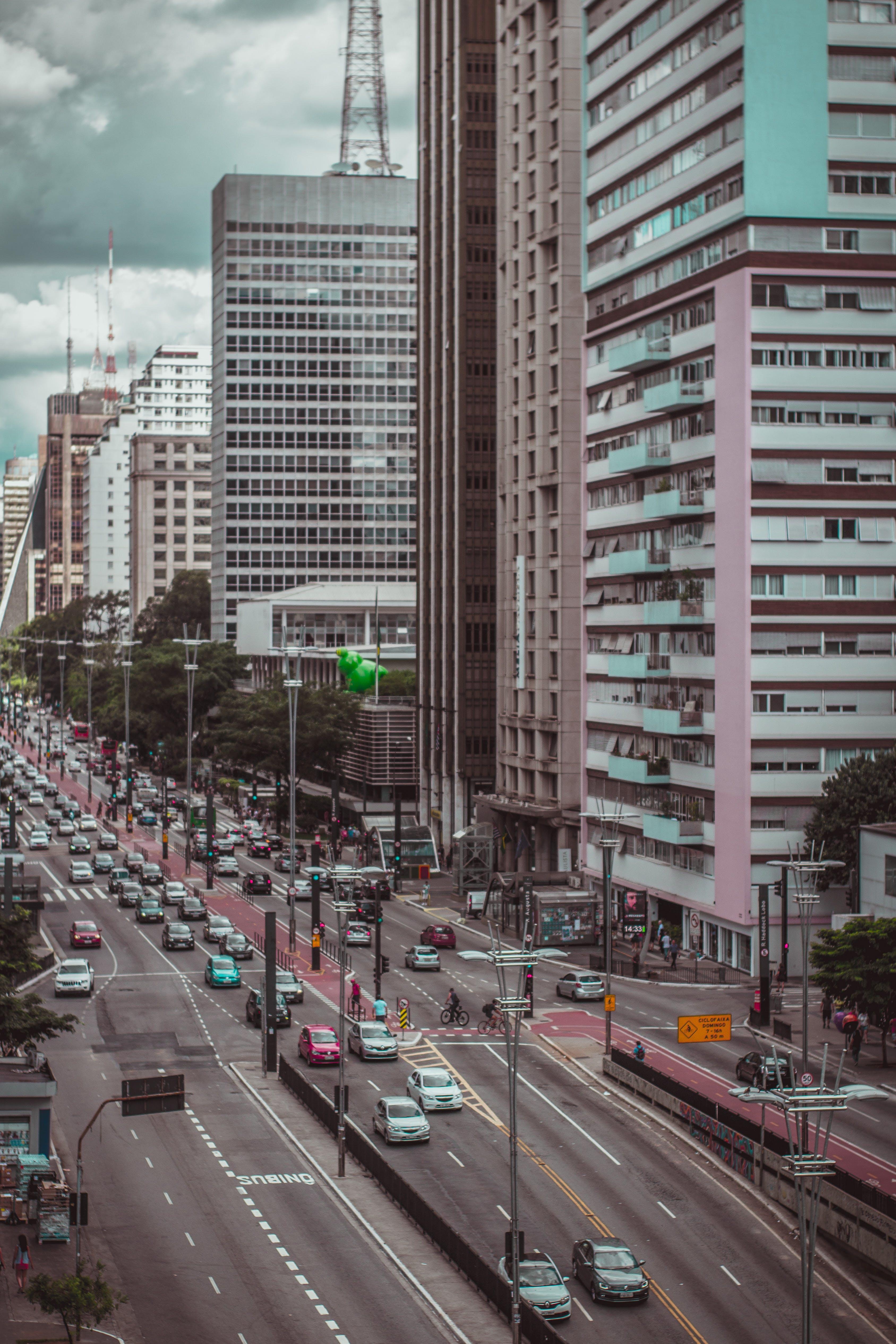 Kostenloses Stock Foto zu architektur, autobahn, autos, bäume