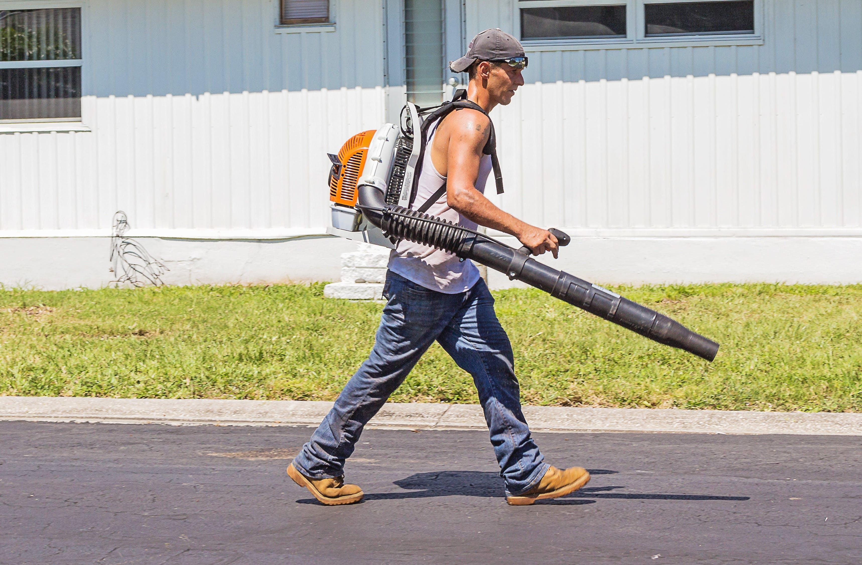 Kostenloses Stock Foto zu arbeiter, bürgersteig, draußen, erwachsener