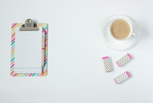 Kostenloses Stock Foto zu arbeitstisch, bunt, büro, design
