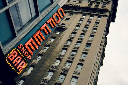 Foto profissional grátis de arquitetura, arranha-céus, cadeiras, centro da cidade