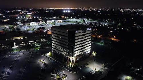 Immagine gratuita di architettura, area di parcheggio, centro città, città