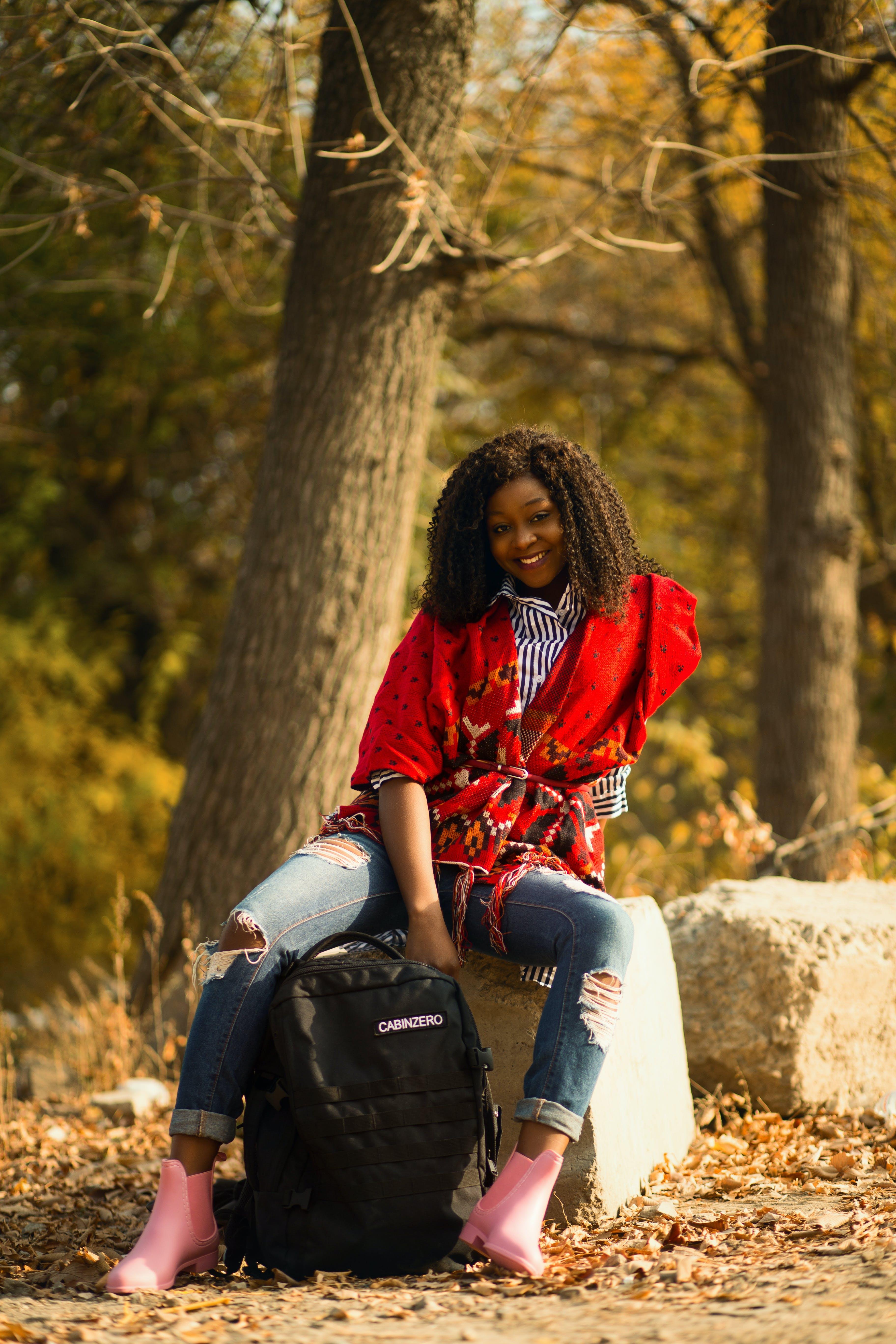 Kostenloses Stock Foto zu afroamerikaner-frau, bäume, draußen, farbige frau