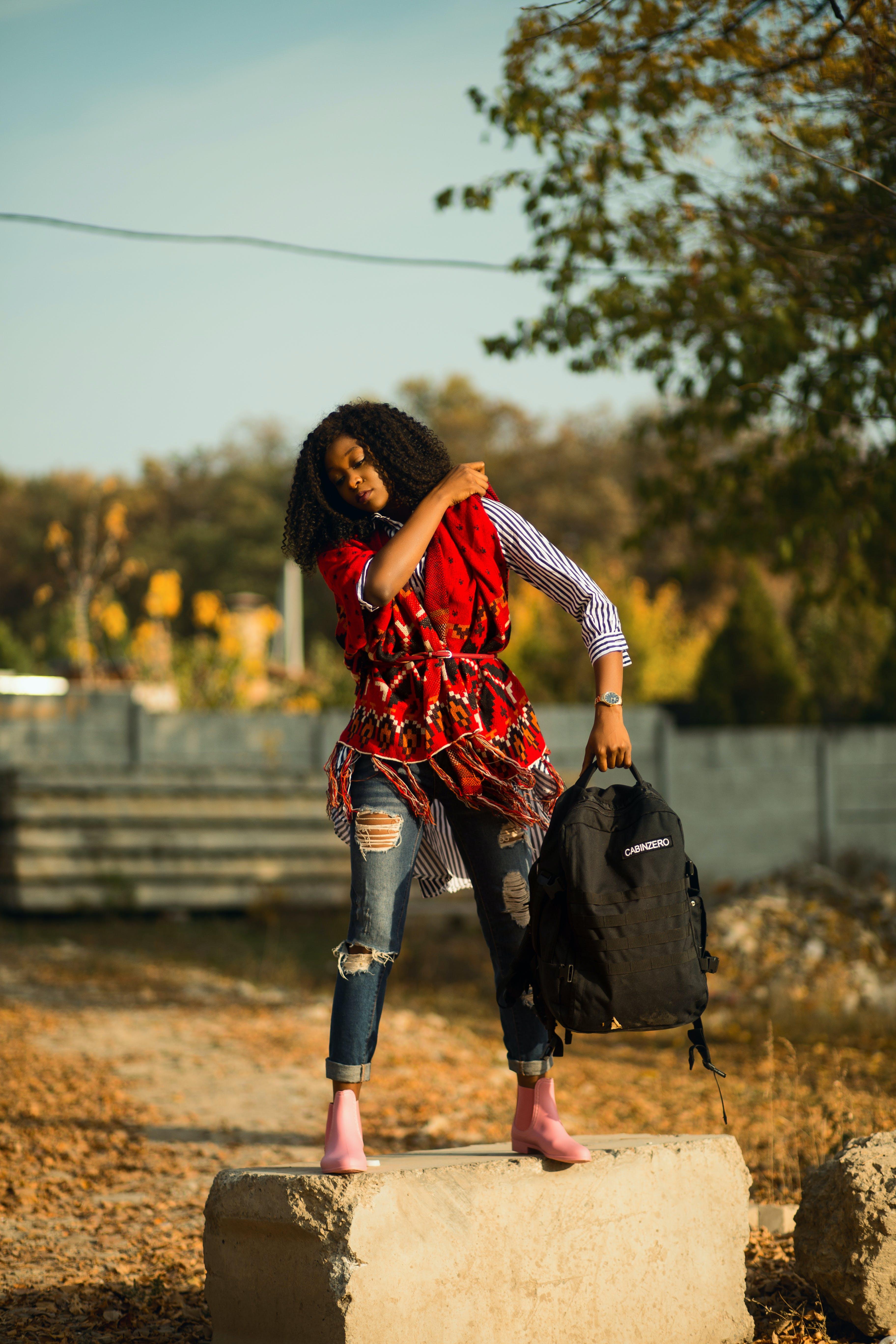 Kostenloses Stock Foto zu denim jeans, draußen, farbige frau, fashion