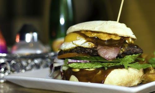 burger, domuz pastırması, Gıda, kafeterya içeren Ücretsiz stok fotoğraf