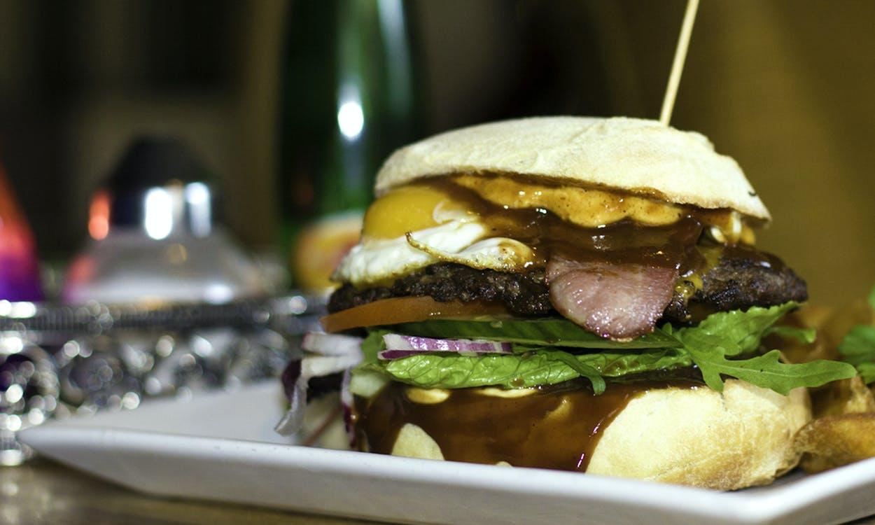 boczek, burger, jajko