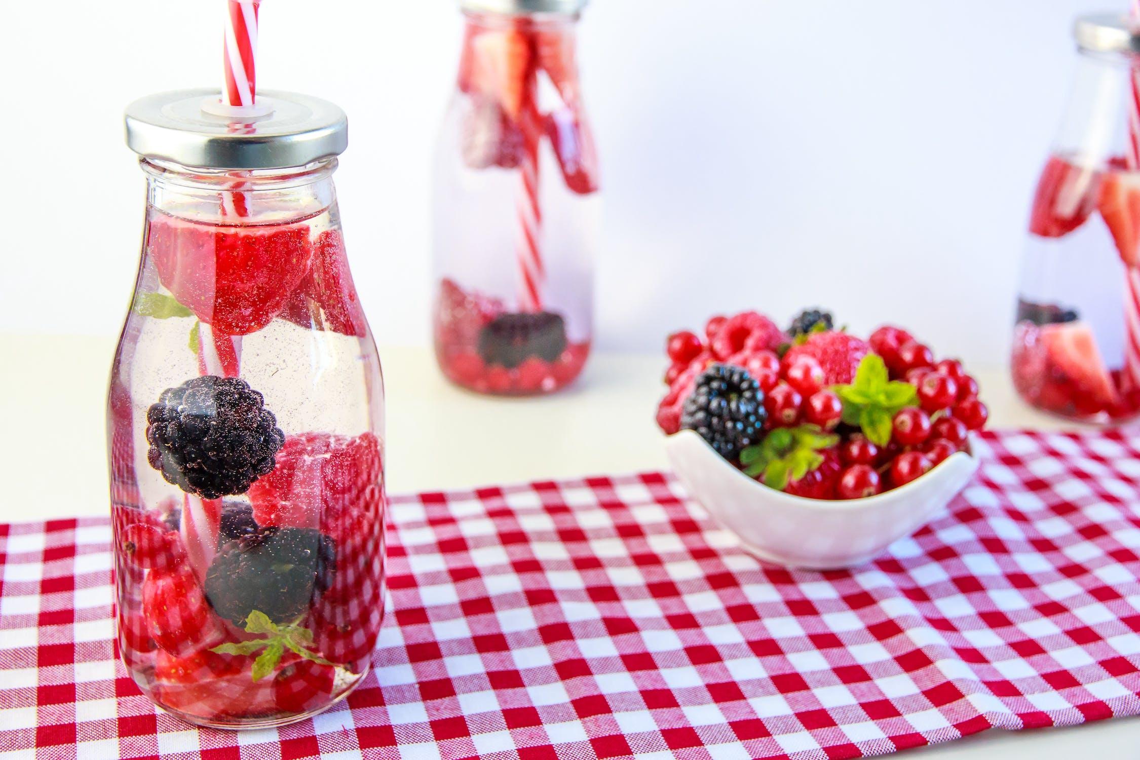 jak jeść zdrowo w upeł, wody smakowe ze świeżych owoców