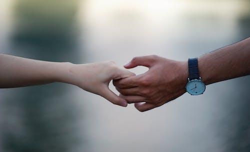 Kostenloses Stock Foto zu armbanduhr, fokus, händchen halten, händchenhalten