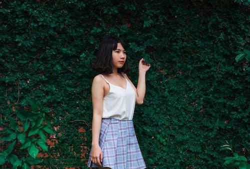 Kostenloses Stock Foto zu asiatin, asiatische person, attraktiv, blätter