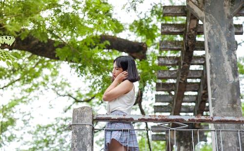 Kostenloses Stock Foto zu bäume, brünette, draußen, erwachsener
