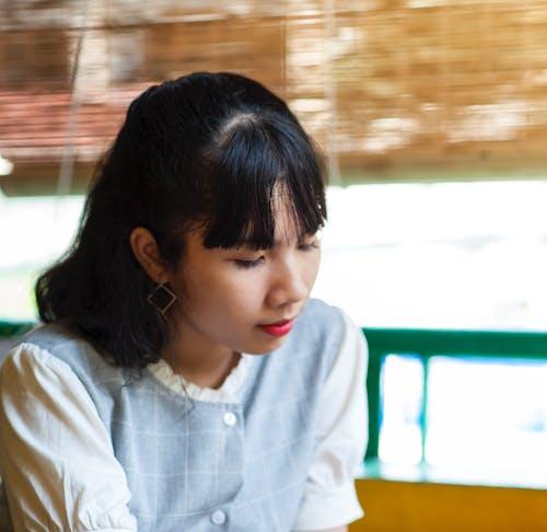 Kostenloses Stock Foto zu asiatin, asiatische frau, drinnen, entspannung