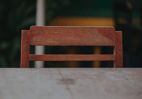 Fotobanka sbezplatnými fotkami na tému detailný záber, drevená stolička, drevený stôl