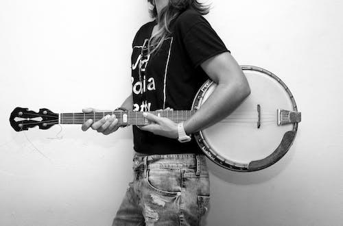 Fotobanka sbezplatnými fotkami na tému bendžo, čierna a biela, človek, gitarista