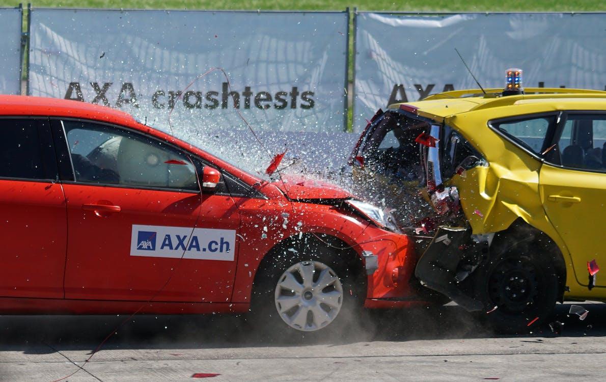 Rote Und Gelbe Schrägheck Axa Crashtests