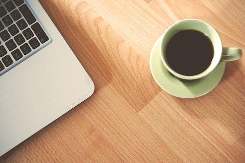 Gratis lagerfoto af bærbar computer, bord, computer, drink