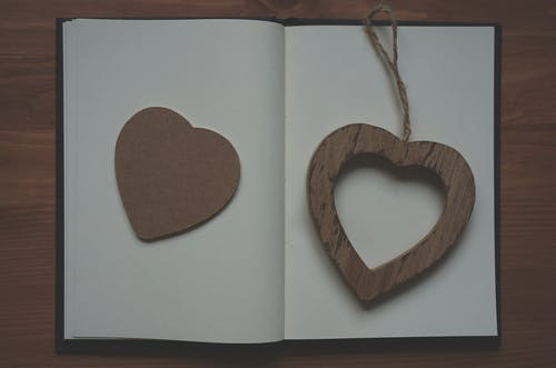 Fotos de stock gratuitas de blanco, corazón, cuaderno, de madera