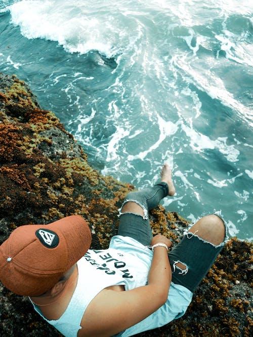 Foto profissional grátis de abismo, água, beira-mar, boné
