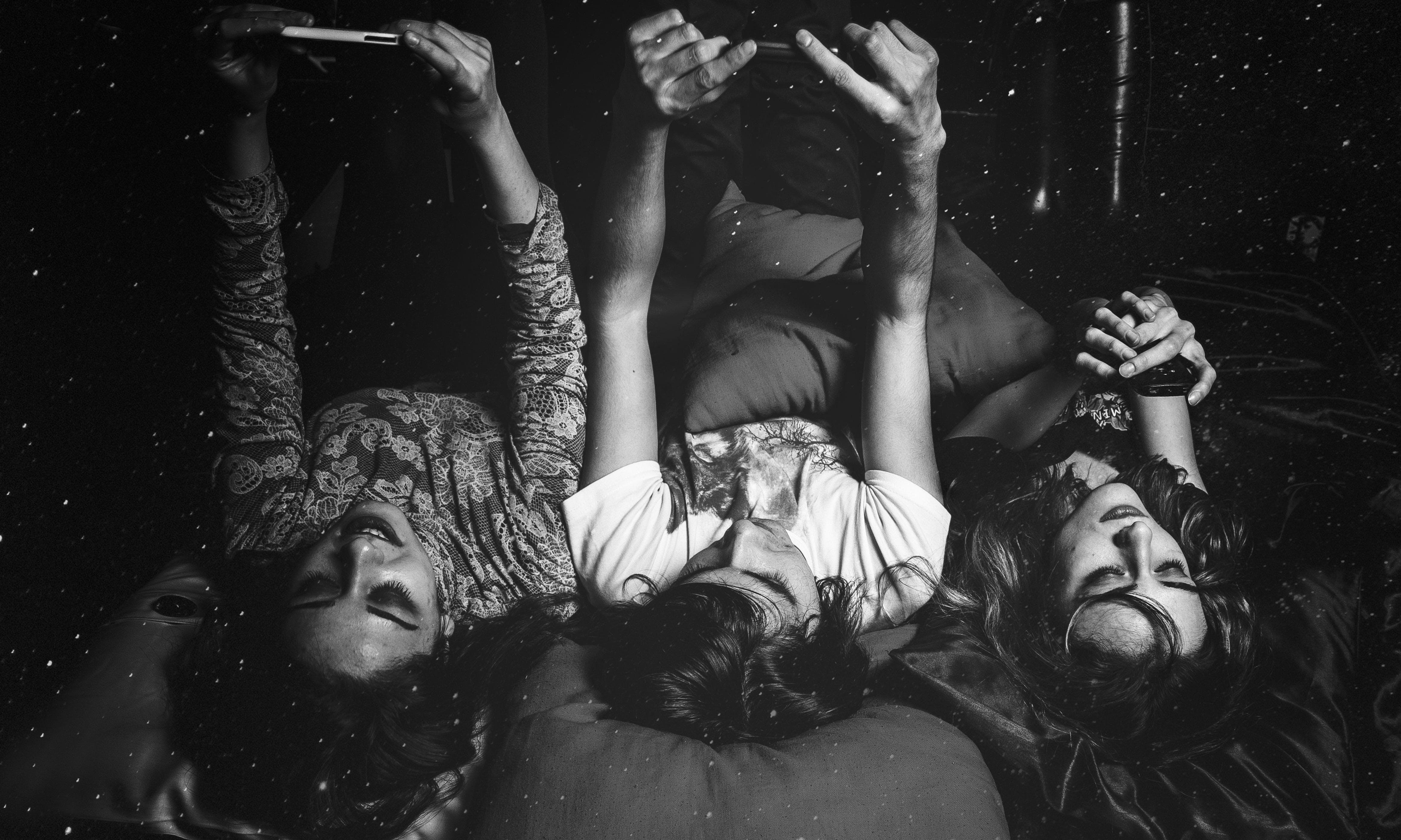Kostenloses Stock Foto zu bett, drei, erwachsener, frauen