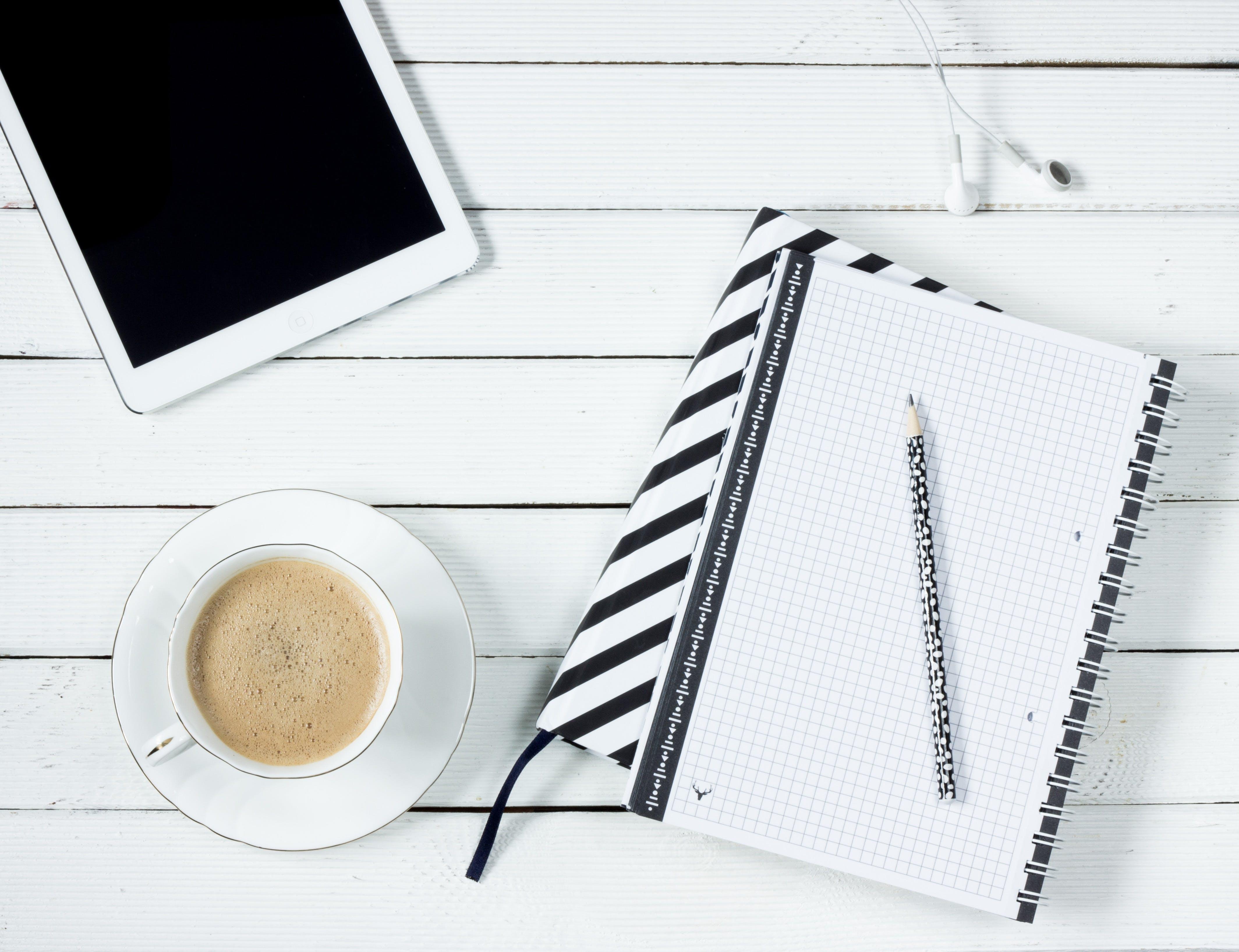 bàn, bút chì, cà phê