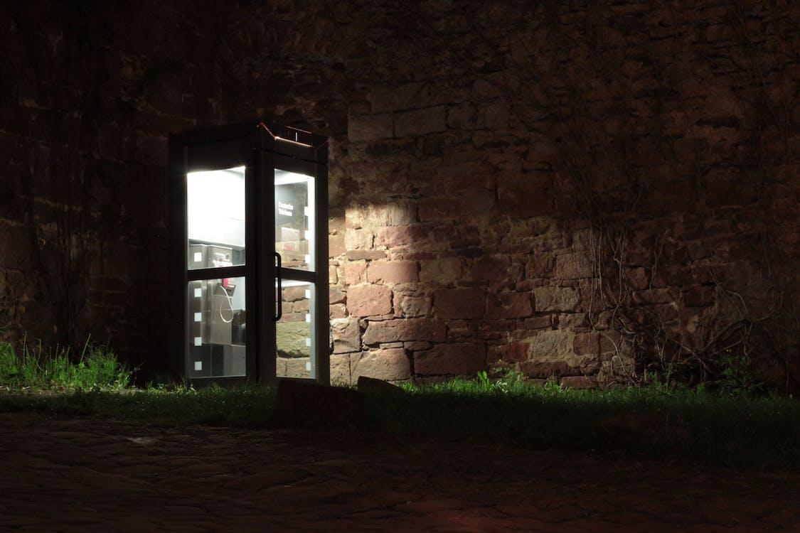 bóng, bốt điện thoại, bức tường đá